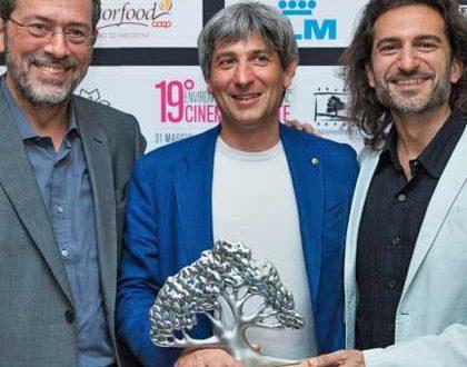 """Giancarlo Bertalero e Filippo Ciardi ritirano il premio per il premio """"miglior documentario italiano"""""""