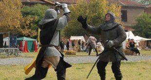 Due uomini con l'armatura che combattono