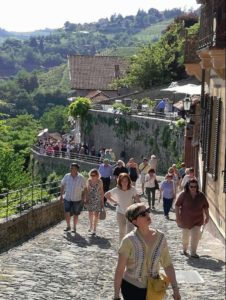 Gente che cammina lungo una via di Capelli