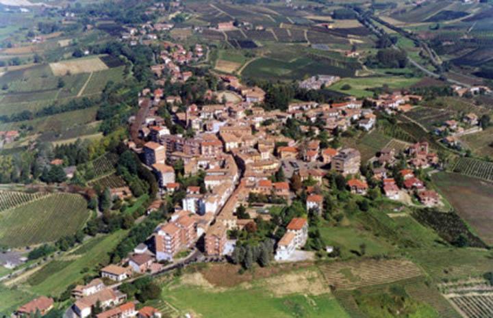 Veduta Comune di Agliano Terme (AT). L'immagine fa parte dell'Atlante dei Paesaggi italiani, realizzato per una più ampia conoscenza ed efficace salvaguardia del patrimonio paesaggistico del territorio italiano.