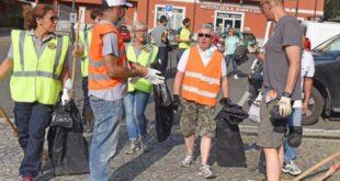 Amministratori e cittadini a pulire al città