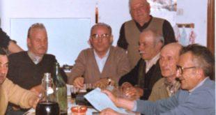 Ex partigiani cantano a tavola