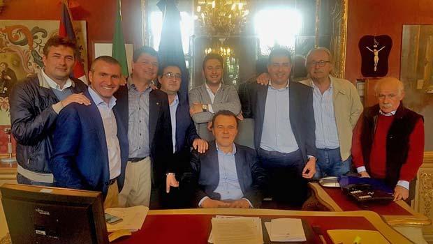 al centro, seduto, Gianfranco Baldi