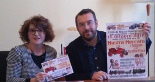 Silvia Ameglio e l'Assessore Lovisolo con in volantino della mostra del Giocattolo d'epoca