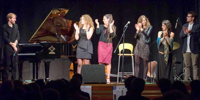 Gruppo di attori sul palco