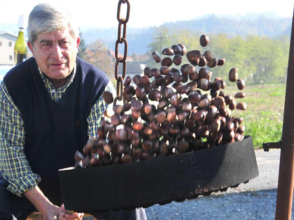Un uomo sta facendo cuocere le castagne