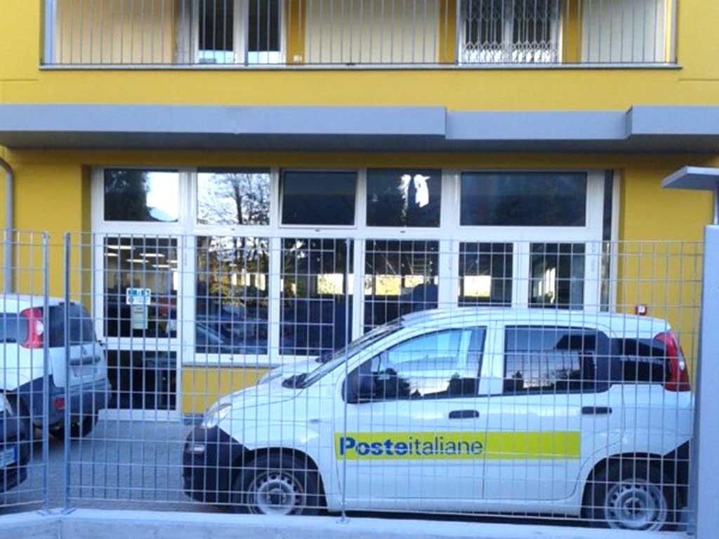 Auto delle poste italiane di fronte al nuovo centro poste