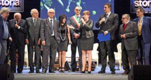 un momento della cerimonia di consegna del Premio Acqui Storia 2017 sul palco dell'Ariston