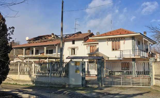 Cassine, tetto della casa incendiato
