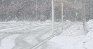 Nevicata su campo da calcio