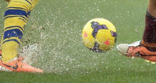 Calcio pallone pioggia