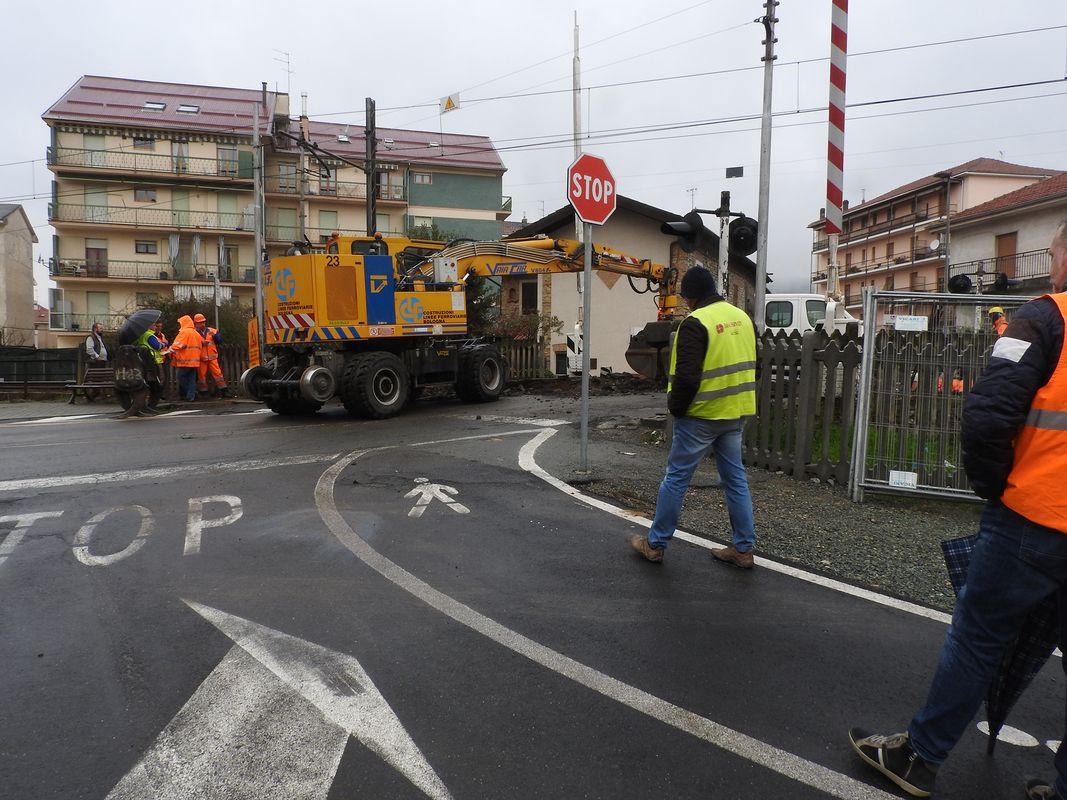 lavori al passaggio a livello di via Crenna