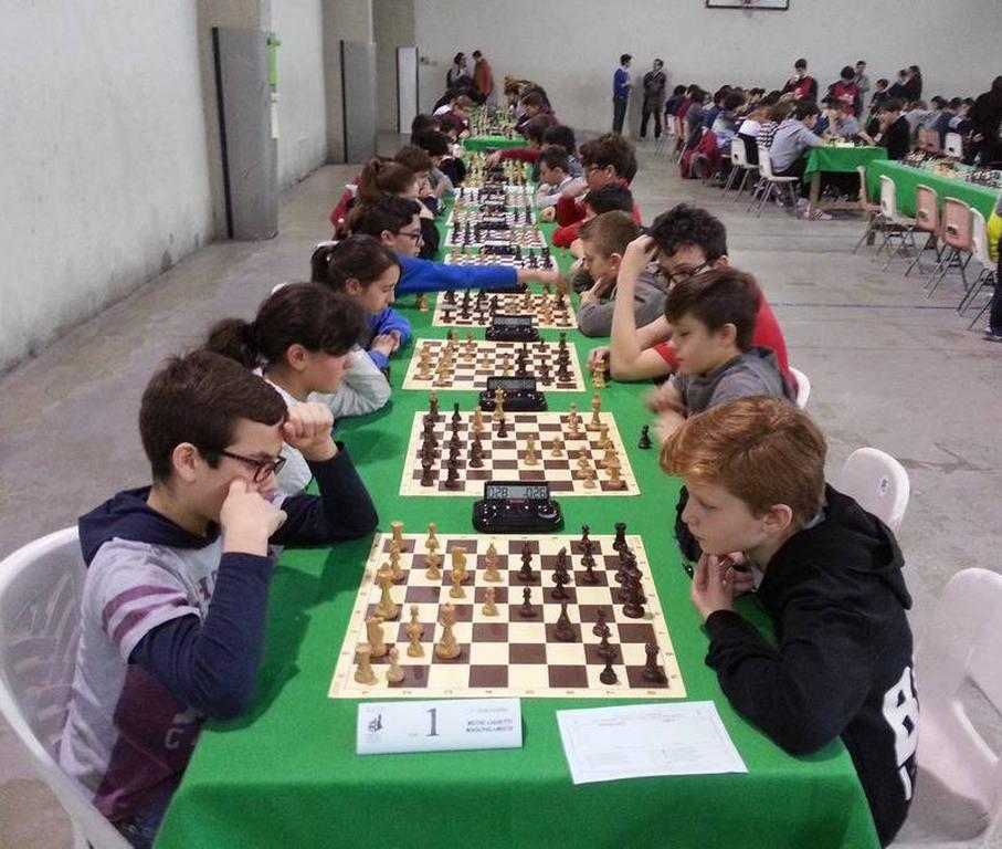 Studenti scacchisti e logo della città di Acqui