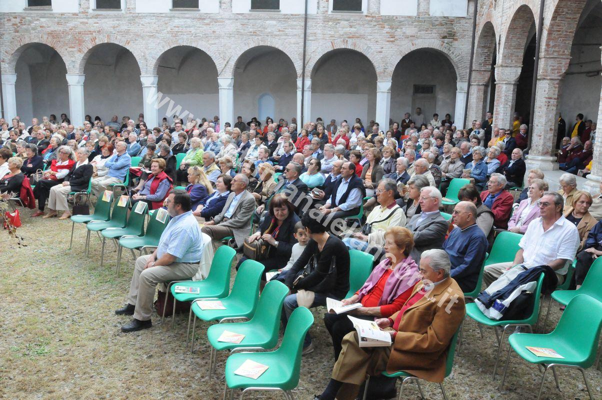 pubblico nel chiostro San Francesco