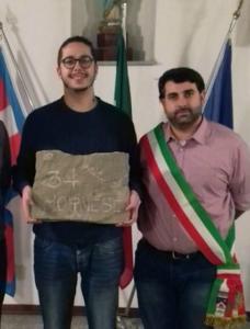 Isacco Anfosso con il sindaco Simone Pestarino