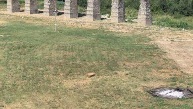 Nella seconda foto i resti della cenere e la scritta fatta con balle di paglia, in parte demolita.