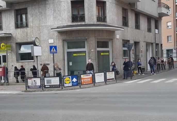 Gente in coda alle Poste di Acqui Terme