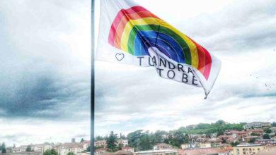 Photo of Una grande bandiera #andràtuttobene sul Comune acquese