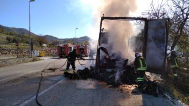 Photo of A fuoco un rimochio carico di legno
