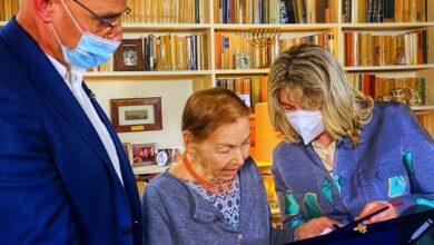 Da sinistra, sindaco Lorenzo Lucchini, Edith Bruck, assessore Cinzia Montelli